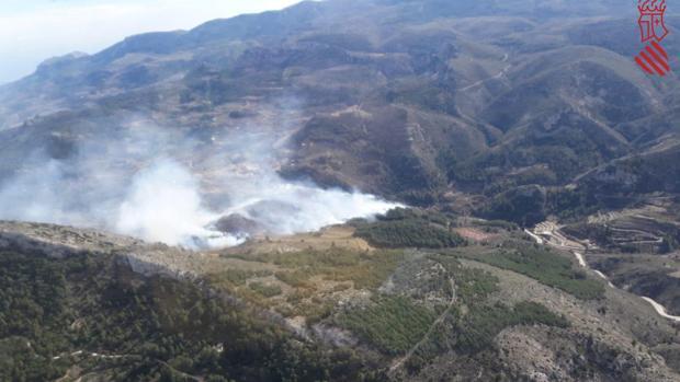 Imágenes del incendio en Confrides (Alicante)