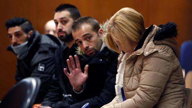 La principal acusada y los tres supuestos sicarios, en el banquillo durante la primera jornada del juicio en la Audiencia Provincial de La Coruña