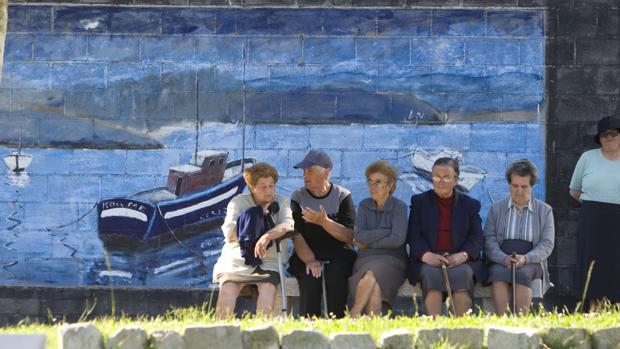 Un grupo de mayores en la localidad coruñesa de Corme