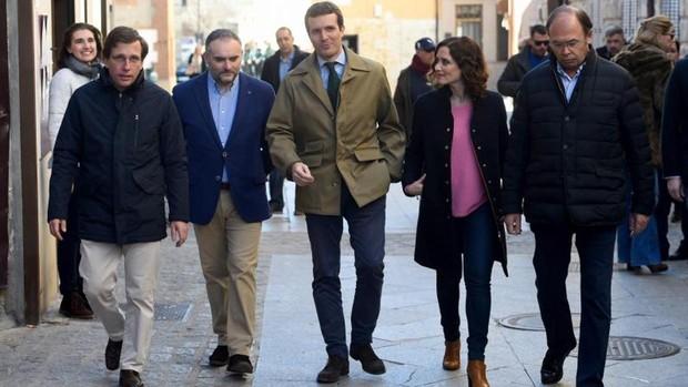 Pablo Casado junto a Pío García Escudero y los candidatos José Luis Martínez-Almeida y Isabel Díaz Ayuso, durante un paseo por Torrelaguna para presentar a los 42 aspirantes a alcalde de las localidades de la Sierra Norte