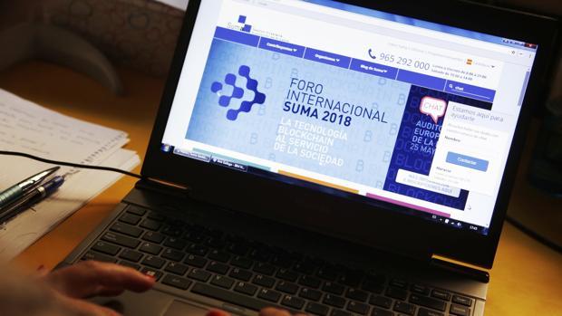 Un internauta visitando la web de Suma