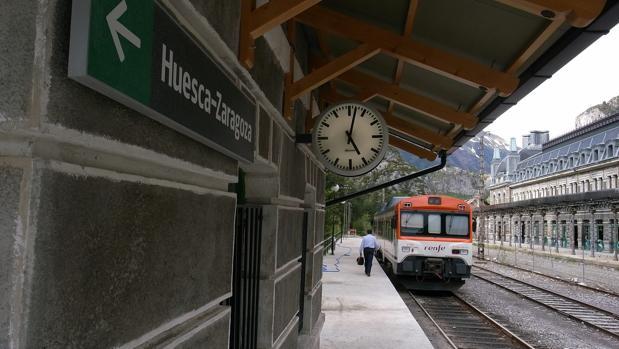 Tren estacionado en la histórica estación de Canfranc (Huesca)