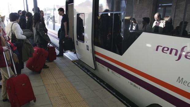 Viajeros tomando un tren en la estación de Teruel