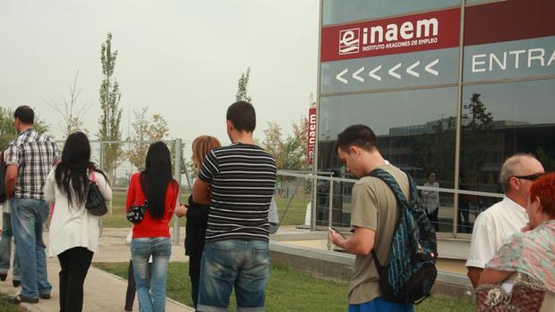 Desempleados haciendo cola ante una oficina del Instituto Aragonés de Empleo