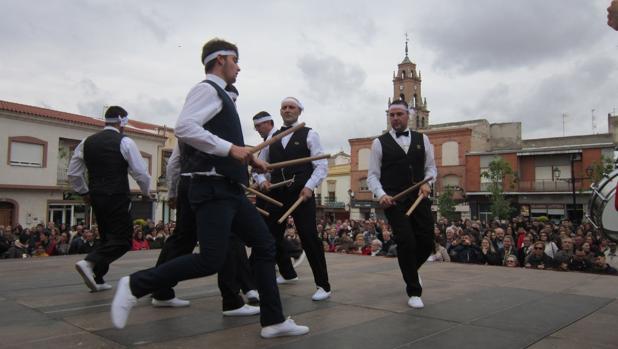 Danzas ante el público congregado en la plaza de España
