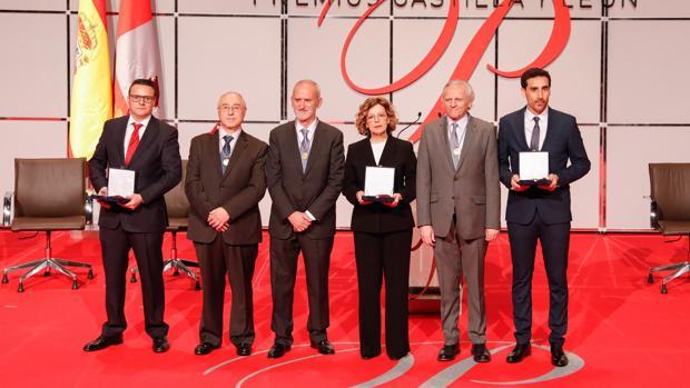 Foto de familia de los galardonados tras la entrega de los Premios Castilla y León