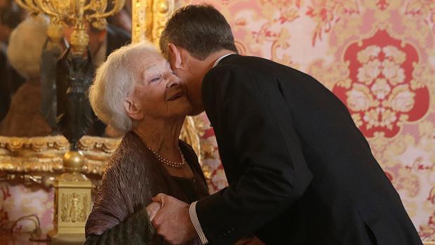 Don Felipe besa a la poeta uruguaya Ida Vitale, premio Cervantes, en el almuerzo ofrecido este miércoles al mundo de las Letras en el Palacio Real