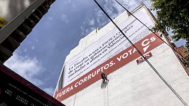 La lona gigante que tendrá que retirar Ciudadanos en Valencia