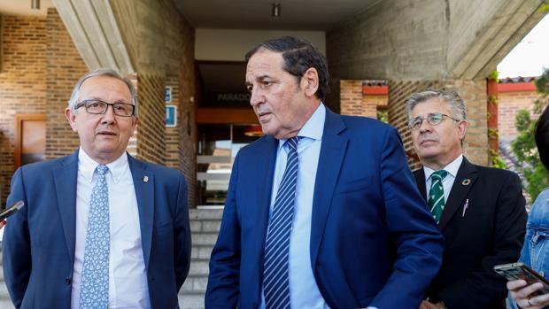 El consejero Sáez Aguado, entre el delegado territorial de la Junta y el gerente regional de Salud, en Segovia