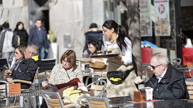 El sector servicios lideró la caída del desempleo en abril en la Comunidad Valenciana con 5.471 parados menos