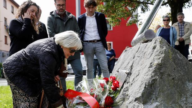La viuda del columnista José Luis López de Lacalle, Mari Paz Artolazabal participó ayer en Andoain (Guipúzcoa), en una ofrenda floral al cumplirse 19 años de su asesinato por parte de ETA