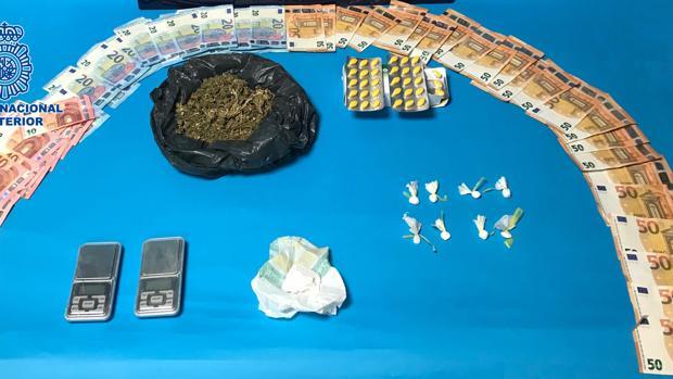 Droga, dinero y otros efectos intervenidos por la Policía Nacional a los cuatro detenidos