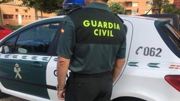 Fotografía de archivo de un agente y un vehícuo de la Guardia Civil