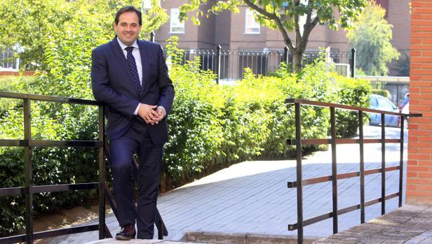 Paco Núñez posa en la sede de su partido