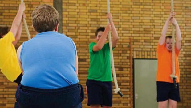 Niño con obesidad en una clase de educación física