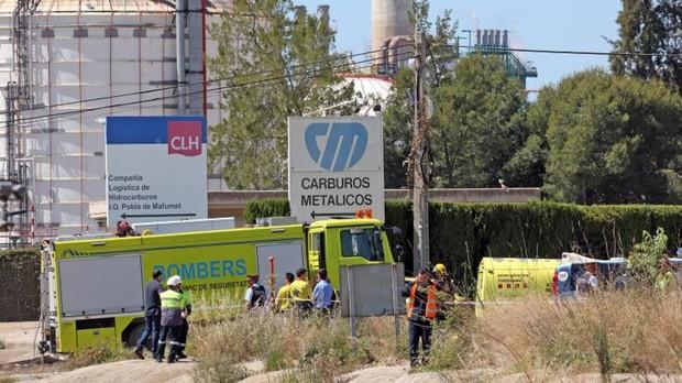 Servicios de emergencias, en los exteriores de la empresa en la que se ha producido el accidente químico