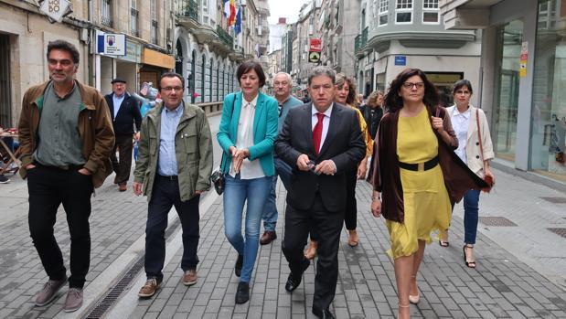 Lores, llegando al Ayuntamiento, acompañada por la portavoz nacional del BNG, Ana Pontón