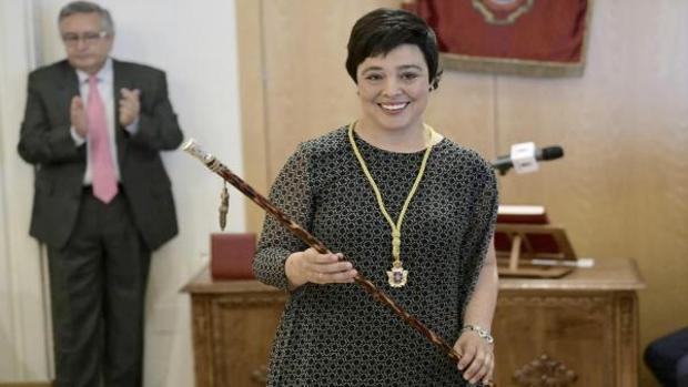Pilar Zamora, con el bastón de mando tras ser reelegida alcaldesa de Ciudad Real