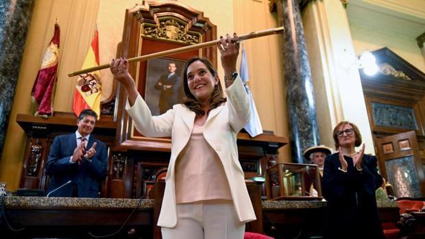 Inés Rey, con el bastón de mando como primera alcaldesa de La Coruña