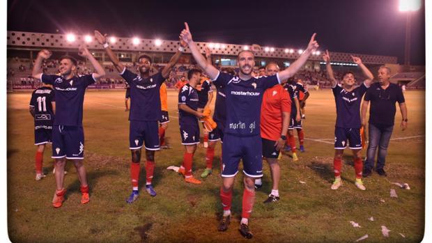 Los jugadores del Algeciras celebran su pase a la final del «play-off» después de superar al Real Jaén