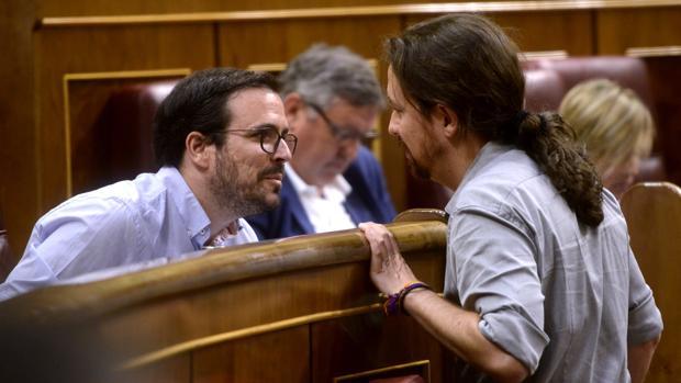 El coordinador estatal de IU, Alberto Garzón y el secretario general de Podemos, Pablo Iglesias, en el Congreso de los Diputados