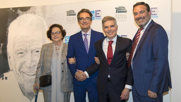 Manuel Peláez (segundo por la derecha), junto a su madre y sus hermanos en la presentación del documental sobre su padre
