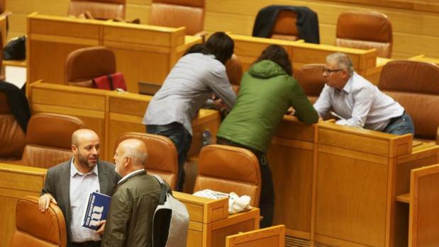 Luís Villares, en primer término, y de espaldas, Antón Sánchez, este martes en el Parlamento