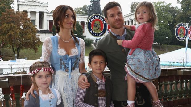 El futbolista posa rodeado por su familia