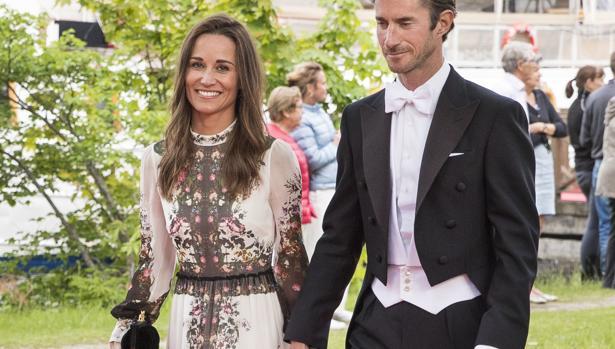 Los recién casados asisten a una boda en Estocolmo
