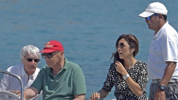 Bernie Ecclestone, con camisa blanca, y su mujer, Fabiana Flosi, disfrutando de las aguas de Ibiza