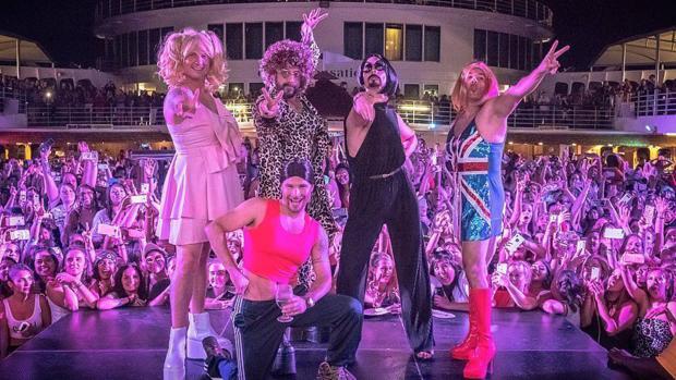 Los Backstreet Boys disfrazados de las Spice Girls