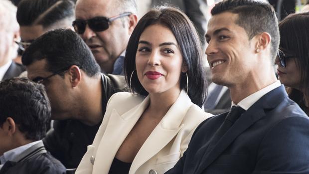 Georgina Rodríguez mira a su pareja, el futbolista Cristiano Ronaldo