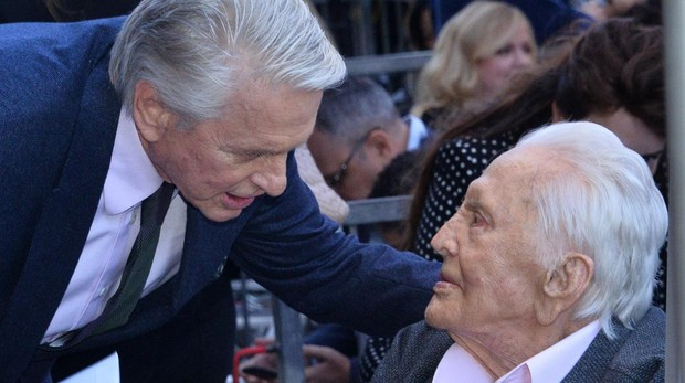Michael Douglas junto a su padre Kirk