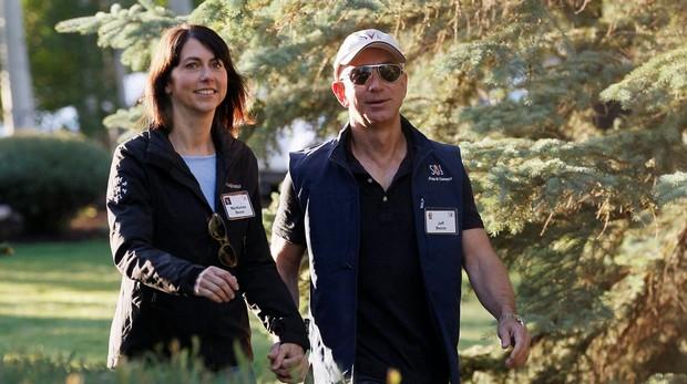 Jeff Bezos y su mujer McKenzie, en una conferencia en Sun Valley, en una imagen de archivo