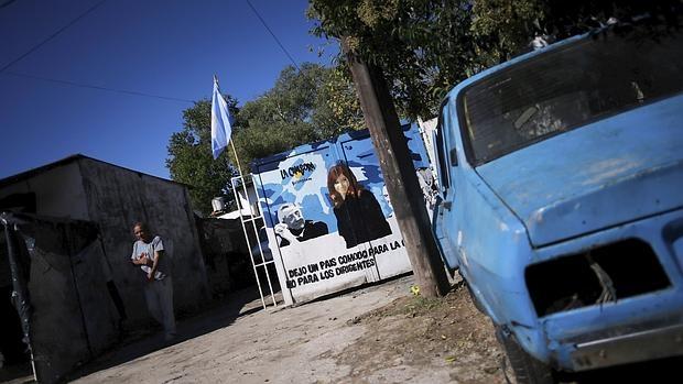 Un cartel con la imagen del matrimonio Kirchner en las afueras de Buenos Aires