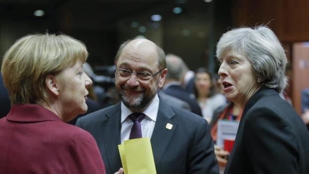 La canciller alemana, Angela Merkel (izq), conversa con el presidente del Parlamento Europeo, Martin Schulz (c), y con la primera ministra británica, Theresa May