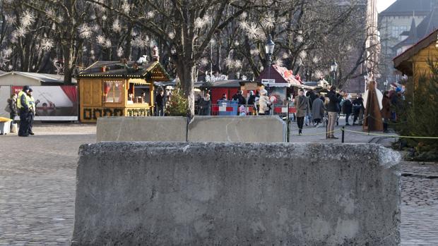 Bloques de hormigón en los accesos a un mercadillo navideño en Berlín