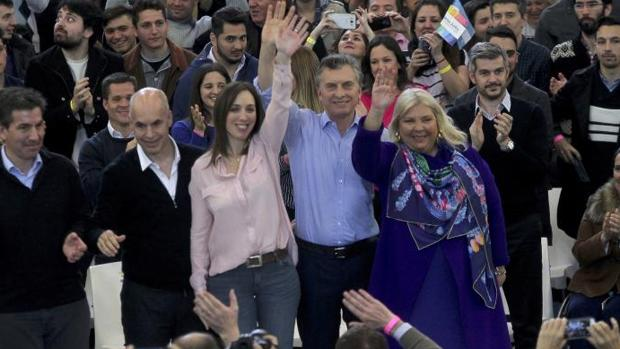 Mauricio Macri, entre María Eugenia Vidal (i) y Elisa Carrió (d), durante un acto de campaña el miércoles en Buenaos Aires