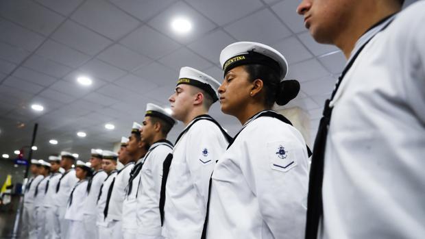 Miembros de la Armada Argentina escuchan una comparecencia institucional del presidente Mauricio Macri