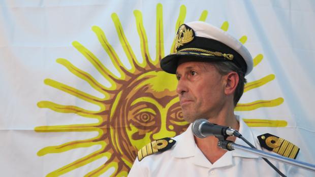 El capitán de navío Enrique Balbi, portavoz de la fuerza naval, ofrece declaraciones a los medios