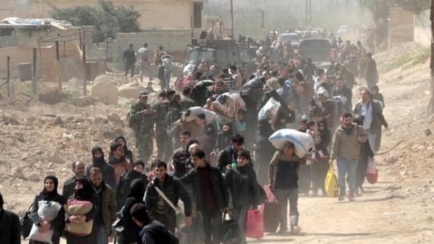 Civiles abandonando la zona de Guta Oriental, cerca de Damasco, en marzo
