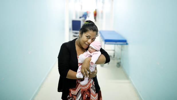 Una mujer carga a su hija recién nacido en la maternidad de Roraima