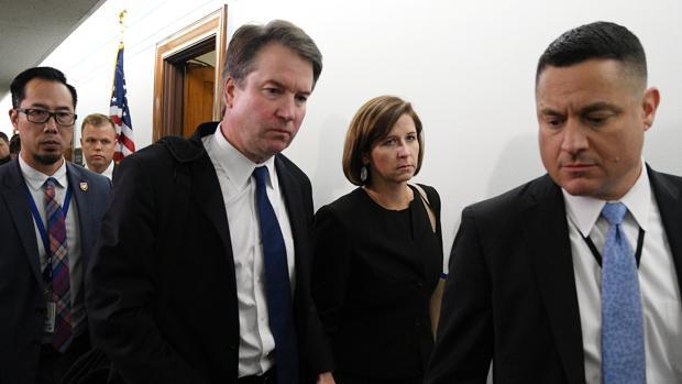 El juez Brett Kavanaugh, junto a su mujer, después de la sesión del Comité Judicial