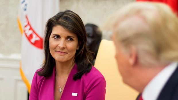 El presidente estadounidense, Donald Trump, conversa con la embajadora ante la ONU, Nikki Haley