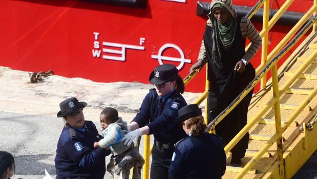 Un momento del desembarco en suelo maltés de los inmigrantes tras el secuestro del barco El Hiblu 1