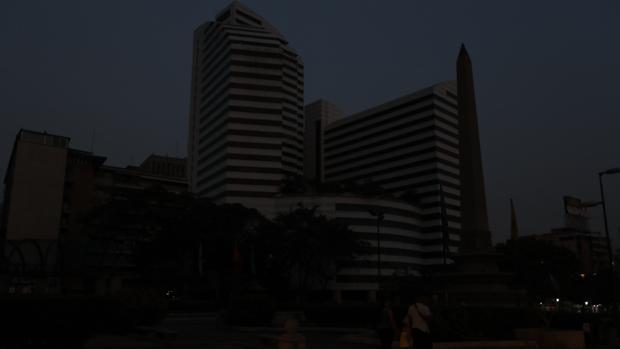 Vista de un edificio a oscuras durante el último apagón en Venezuela
