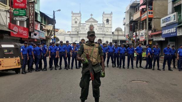 Oficiales del Ejército de Sri Lanka custodian el acceso al Santuario de San Antonio, uno de los enclaves atacados en los atentados del Domingo de Resurrección