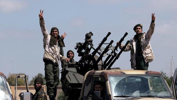 Los miembros del Ejército Nacional Libio (LNA), comandados por Khalifa Haftar, salen de Benghazi para reforzar las tropas que avanzan a Trípoli