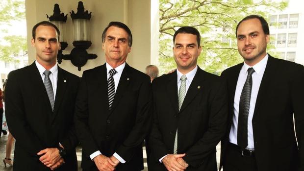 Jair Bolsonaro, segundo por la izquierda, junto a sus hijos Eduardo, Flávio y Carlos
