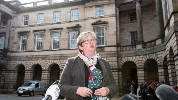 Joanna Cherry, del partido nacionalista escocés SNP, ante el tribunal de Edimburgo